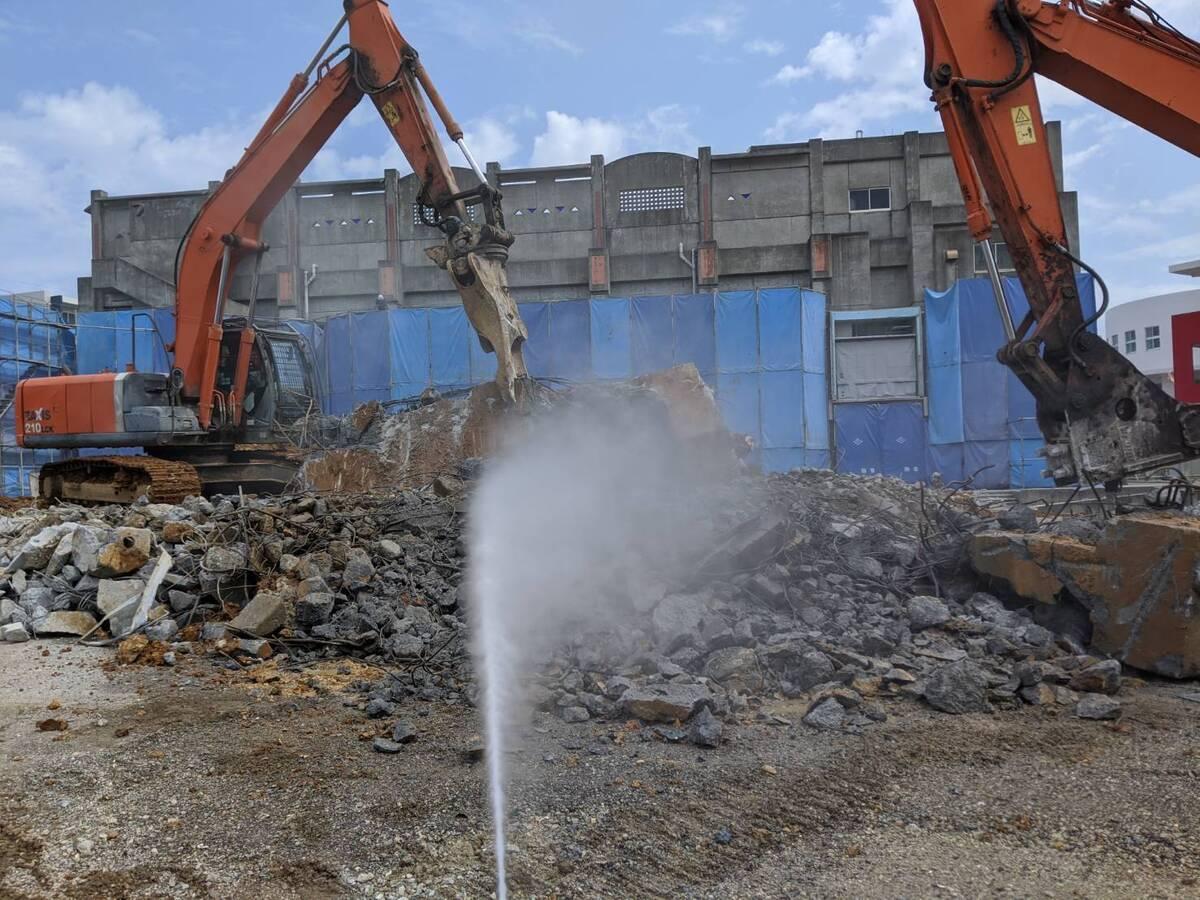 嘉手納町 公共施設の解体作業